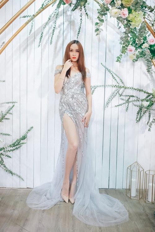 Mẫu váy cưới màu xám, xẻ cao của người mẫu Lê Thu An phù hợp với các cô dâu trẻ trung, hiện đại và thích tiệc tùng.