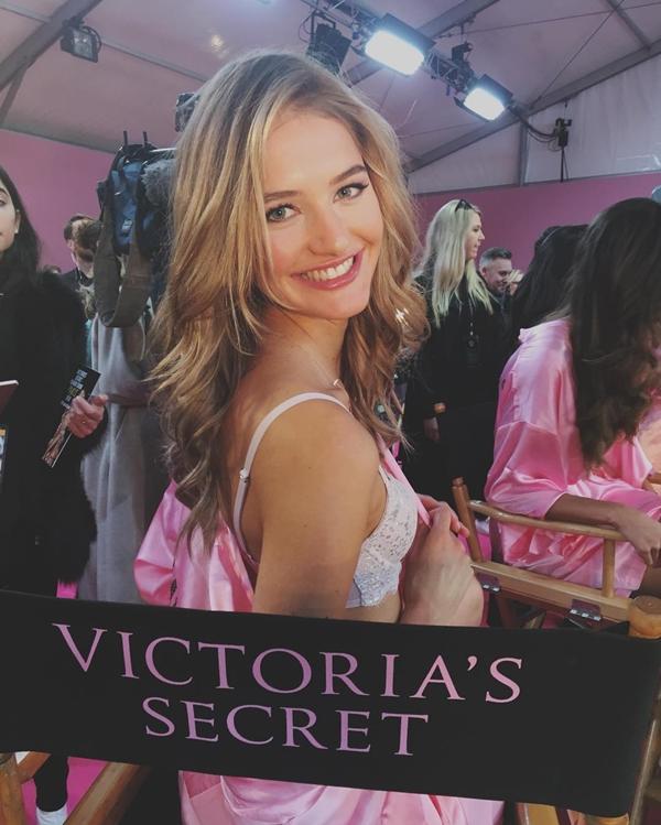 Chân dài 22 tuổi người Hà Lan, Sanne Vloet là tân binh của Victorias Secret. Trước đó, cô từng là người mẫu cho các thương hiệu nổi tiếng như Chanel, Versace, Tom Ford,  Balmain và Giorgio Armani.