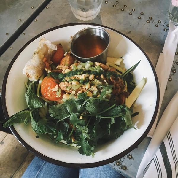 Thực đơn của bữa trưa gồm các món giàu protein như cá hồi, ức gà, trứng ăn kèm rau xanh. Cô không ăn tối mà chỉ dùng các loại trái cây như táo, bơ hay một chút socola đen.