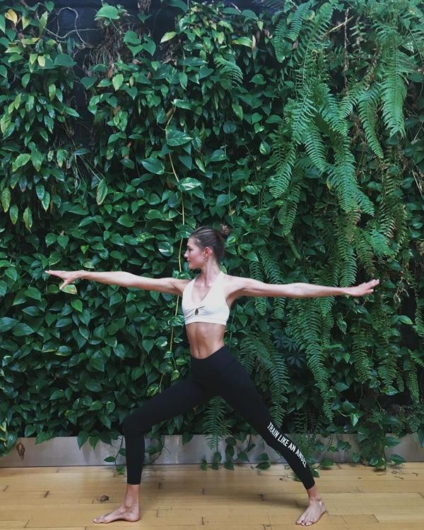 Sanne Vloet là một fan của bộ môn pilates. Pilates là một chuỗi các bài tập làm tăng sức mạnh cơ bắp và độ dẻo dai cho cơ thể.