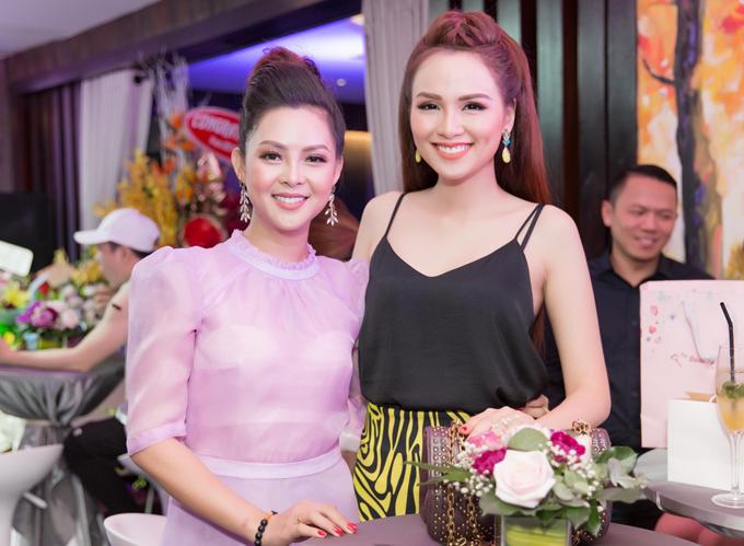 Hoa hậu Diễm Hương là người đã khuyên vợ Thành Được đi thi nhan sắc. Cô tới chúc mừng người chị thân thiết vừa đăng quang Á hậu 1 Mrs Planet tổ chức ở Bulgaria.