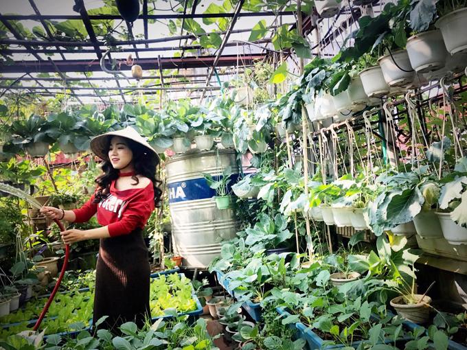 Con gái cô Nga đang chăm sóc vườn rau sân thượng của mẹ.