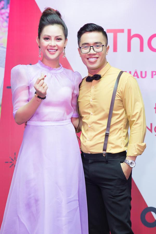 Quốc Bình giúp Trần Vân Anh cầm trịchđêm tiệc sinh nhật bé Bill.