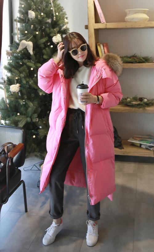 Áo khoác dáng dài với nhiều chất liệu như vải dạ, vải lông nhân tạo và vải dù dễ dàng kết hợp cùng các kiểu quần jean, quần vải nỉ hay các kiểu skinny.
