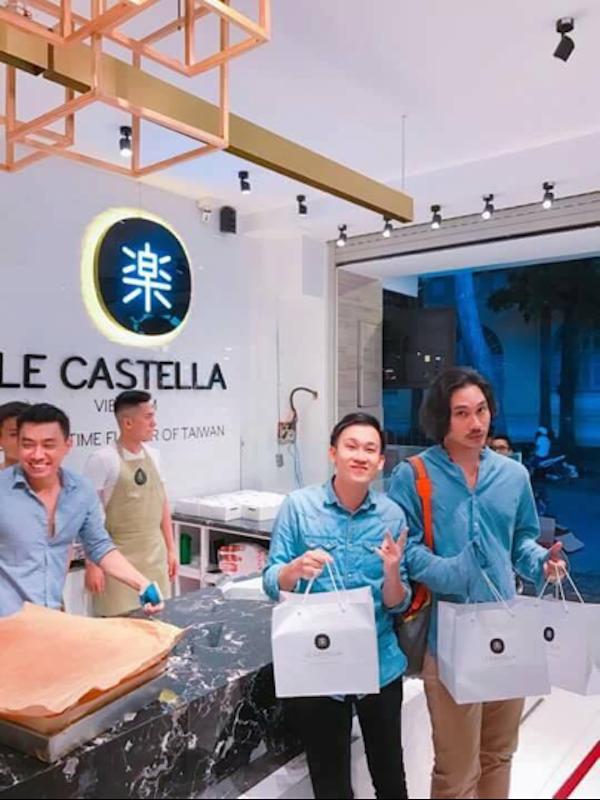 Với hơn 5.000 chiếc bánh được sản xuất ra mỗi ngày, Le Castealla đã trở thành người bạn đồng hành thân thiết với mọi gia đình Việt, trong đó có loạt ngôi sao nổi tiếng như: ca sĩ Dương Triệu Vũ, Chi Pu, Hoa hậu Đại Dương Ngân Anh...