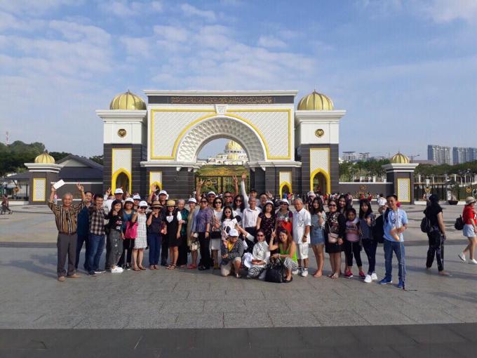 Du khách sẽ tham quan với City tour gồm quảng trường Độc Lập, tòa tối cao Pháp Viện, tượng đài chiến sĩ vô danh, thánh đường hồi giáo, cung điện hoàng gia ở Malaysia.