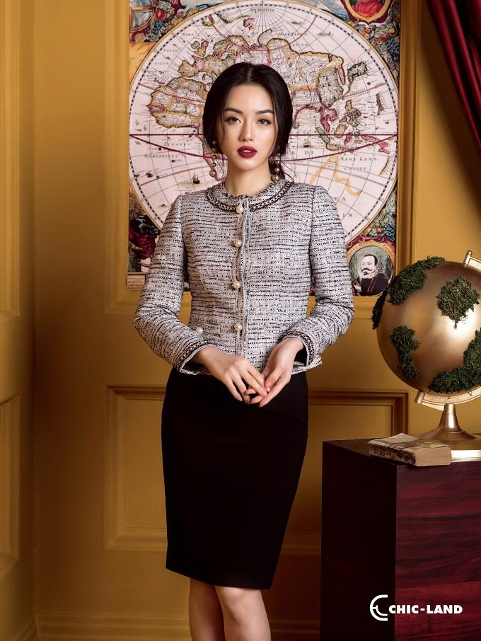 Những chiếc áo vest vải tweed có thể dễ dàng kết hợp cùng với áo sơ mi và chân váy cùng chất liệu hoặc một chất vải mềm hơn để tôn lên nét cá tính của người mặc.