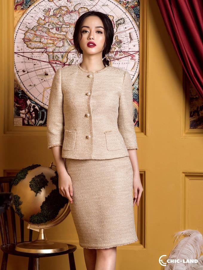 Từ một chất liệu vải có bề mặt sần, chỉ dùng ở xứ lạnh Scotland, tweed đã trở thành thứ chất liệu cao cấp chỉ dành cho giới thượng lưu và quý tộc qua bàn tay tài hoa của nhà thiết kế lừng danh Coco Chanel.