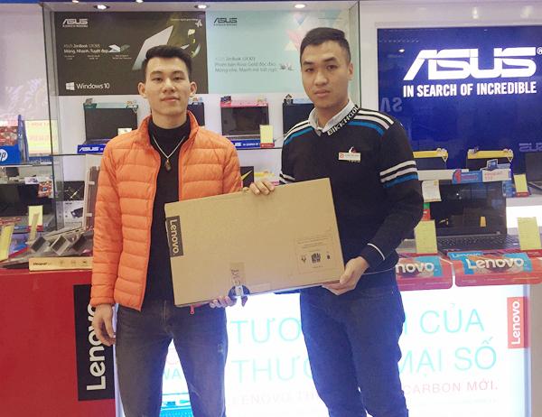 Anh Nguyễn Đình Hòa mua laptop Lenovo, thanh toán trả góp qua Alepay.