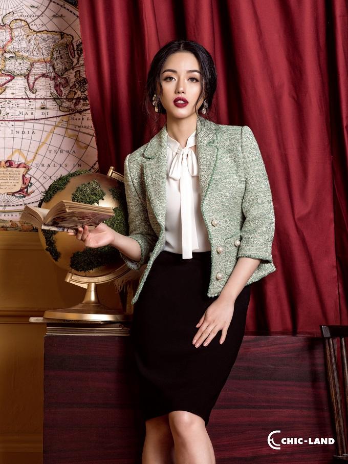 Áo vest vải tweed cách điệu với điểm nhấn là những khuy ngọc trai sang trọng, quý phái.