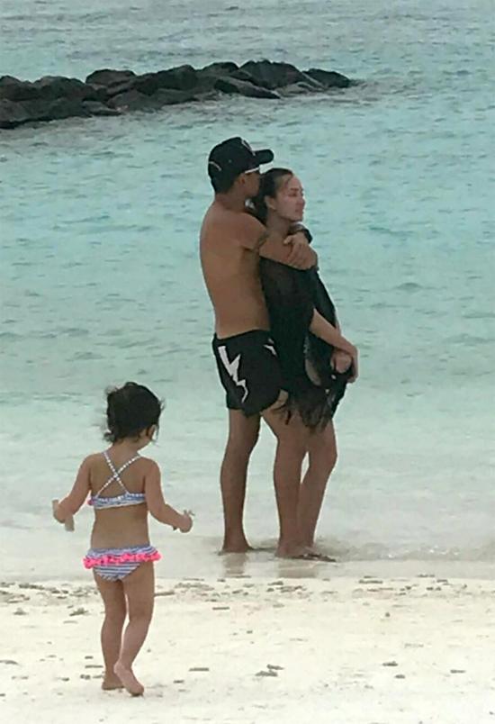 Alvin cùng Mandy và con vui chơi ở biển Maldives.