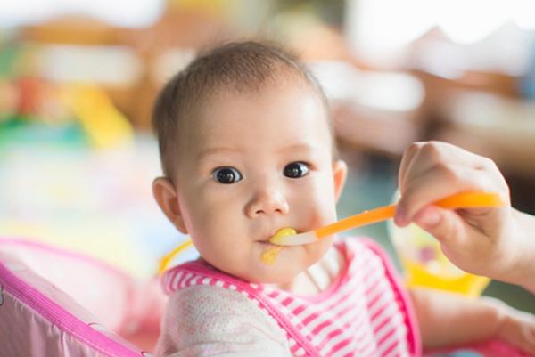 Phương pháp dùng thức ăn đặc hoặc bán đặc chỉ có thể giúp bé giảm cảm giác nôn trớ chứ không khắc phục triệt để.