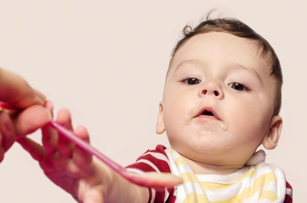 Một trong những cách hạn chế trớ sữa ở trẻ nhỏ đơn giản nhất là thay đổi khẩu phần ăn của bé.
