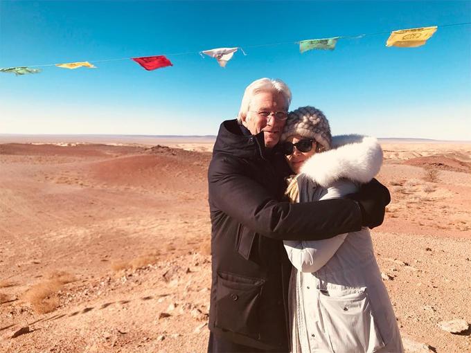Richard Gere từng trải qua hai cuộc hôn nhân đổ vỡ nên ông rất trân trọng tình yêu hiện tại với Alejandra Silva. Mặc khoảng cách tuổi tác, hai người luôn thể hiện tình yêu say đắm và quấn quýt bên nhau như đôi sam mọi nơi, mọi lúc.
