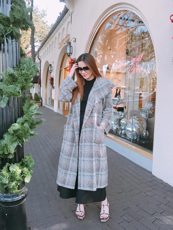 Vest kẻ sọc ca rô đã được người đẹp lựa chọn từ đầu mùa thời trang 2017, cho đến mùa đông năm nay nó vẫn là mốt được phái đẹp thế giới ưa chuộng. Cùng với thiết kế áo khoác thanh lịch là các kiểu áo choàng thiết kế trên chất liệu vải tweed.