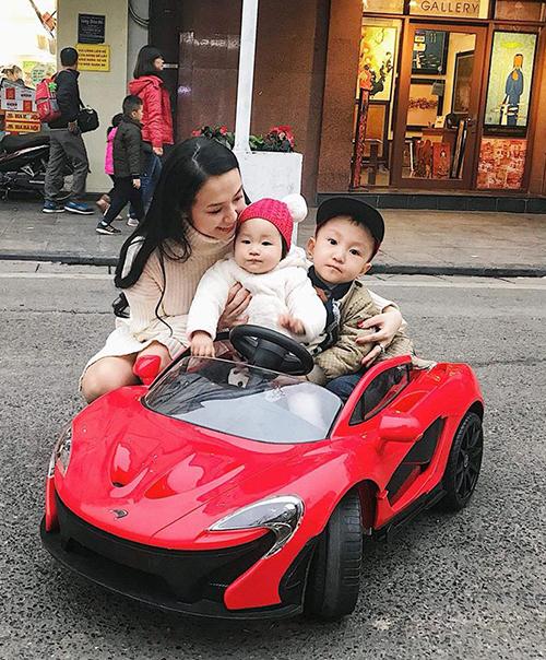 Vợ Tuấn Hưng đưa hai con đi chơi ở phố đi bộ Hồ Gươm (Hà Nội).