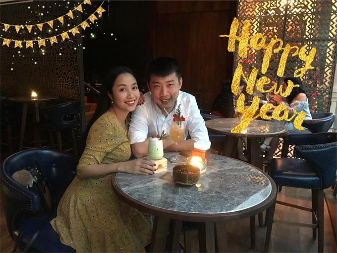 Vợ chồng Ốc Thanh Vân tranh thủ thời gian sau khi đón con để hẹn hò như ngày mới yêu.