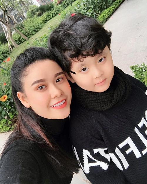 Trương Quỳnh Anh và con trai diện đồ ấm áp khi hưởng không khí lạnh ở Hà Nội.