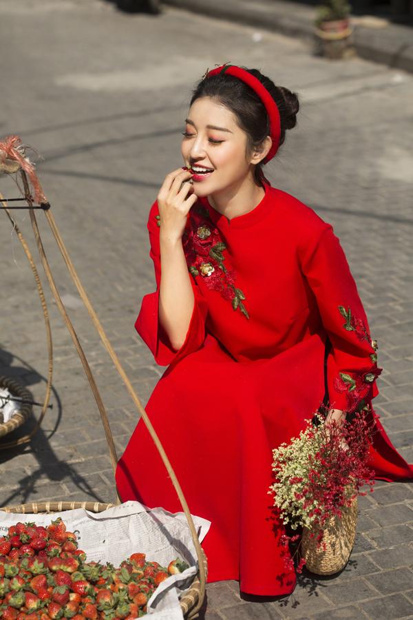 Á hậu tự làm mẫu thể hiện sưu tập áo dài cách tân đầu tay mang tên Tết Collection.