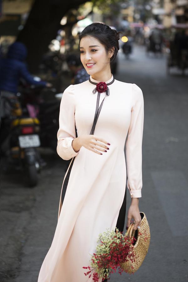 Huyền My dạo phố Hà Nội với áo dài tự thiết kế - 3