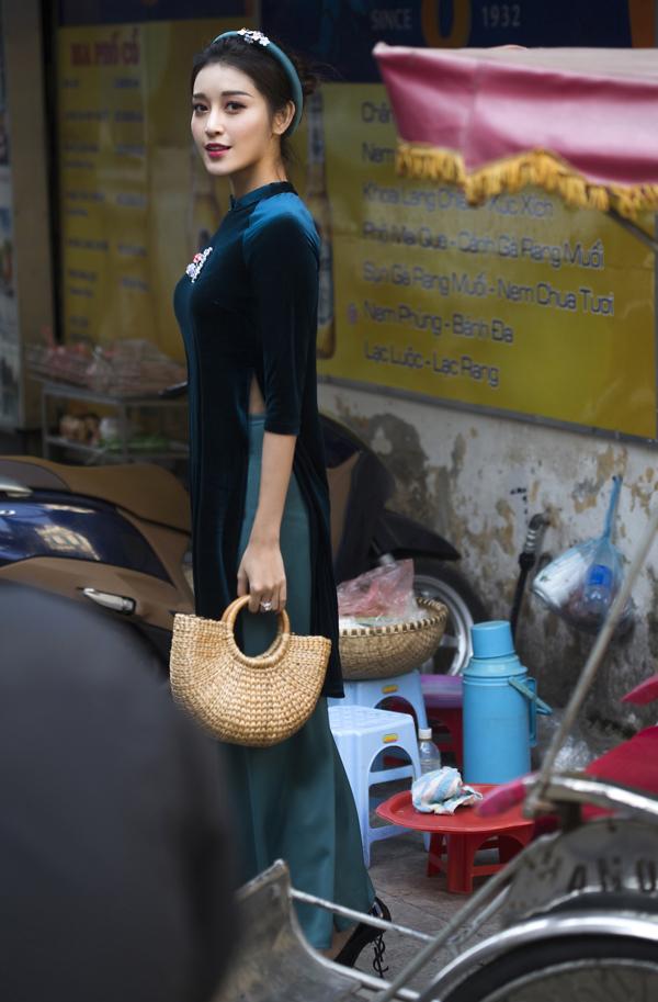 Bộ ảnh do chuyên gia trang điểm Nguyễn Anh Bình, stylist Đặng Thùy Dương hỗ trợ thực hiện.