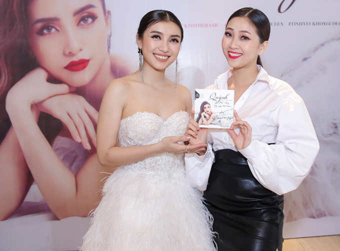 MC Liêu Hà Trinh giúp nữ ca sĩ cầm trịch buổi giới thiệu album mới.