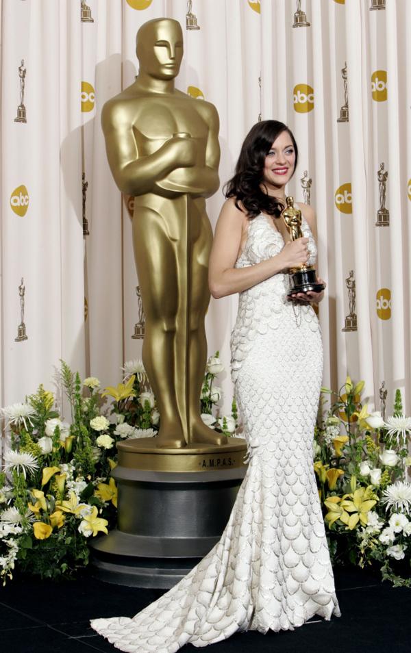 Diễn viên Marion Cotillard là ngôi sao điện ảnh nổi tiếng thế giới. Cô sinh năm 1975, từng tham gia nhiều phim Hollywood như The Dark Knight Rises, Inception... Năm 2007, Marion Cotillard đoạt giải Oscar và Quả cầu vàng cho vai diễn trong phim La Vie en Rose. Năm 2016, cô đào người Pháp vướng vào vụ lùm xùm bị nghi là kẻ thứ ba xen vào mối quan hệ của Brad Pitt và Angela Jolie. Tuy nhiên, Marion đã thẳng thắn phủ nhận.