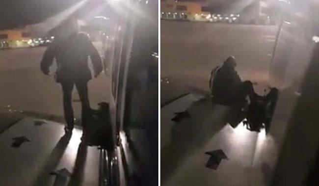 Nam hành khách xách theo túi ngồi ở cánh của máy bay.
