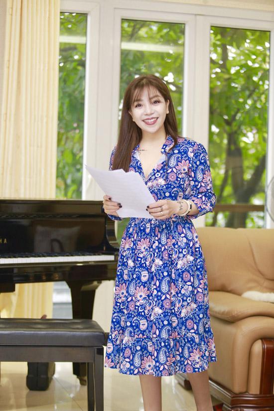 Sau thời gian dài không xuất hiện, Minh Chuyên gần như lột xác về ngoại hình. Cô thanh mảnh, gương mặt cũng khác lạ hơn so với thời điểm mới đi hát.