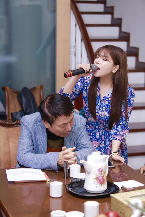 Minh Chuyên, giọng ca thành danh từ Sao Mai điểm hẹn, được nhạc sĩ Phú Quang xem là nàng thơ mới. Cô có chất giọng thổ, dày và cảm xúc. Trước thông tin là người thế chân cho Ngọc Anh 3A, Minh Chuyên phủ nhận.