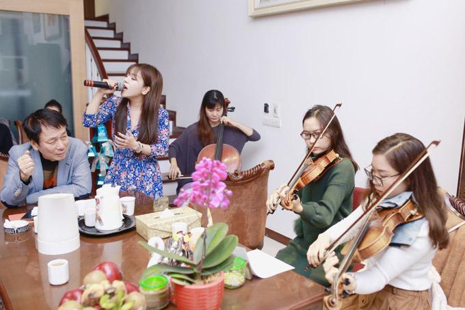 Nữ ca sĩ nói, cô và nhạc sĩ Phú Quang đã làm việc với nhau trước thời điểm ông thực hiện liveshow. Cô cũng đang thực hiện album với những tác phẩm của Phú Quang và không muốn nói về chuyện lùm xùm của ông. Việc người ngoài như tôi bình phẩm, dù muốn tốt cũng có thể làm người trong cuộc tổn thương,Minh Chuyên bày tỏ.