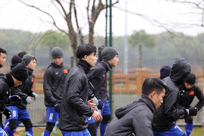 Buổi tập diễn ra trong không khí khẩn trương với tinh thần tập trung cao độ của các cầu thủ. Tất cả đều nỗ lực để thích ứng nhanh với điều kiện thời tiết tại Trung Quốc nhằm duy trì nền tảng thể lực vàcố gắng đạt được điểm rơi phong độ tốt nhất trước khi bước vào trận đấu đầu tiên gặp U23 Hàn Quốc tại vòng chung kết U23 châu Á 2018.
