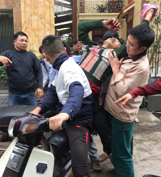 Anh Hoàng Văn Hà được đưa đi cấp cứu. Ảnh: Ngọc Thành