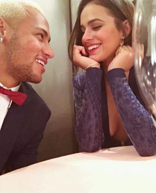Tiền đạo đắt giá và người đẹp đồng hương nhiều lần chia tay rồi tái hợp trong 5 năm yêu nhau.