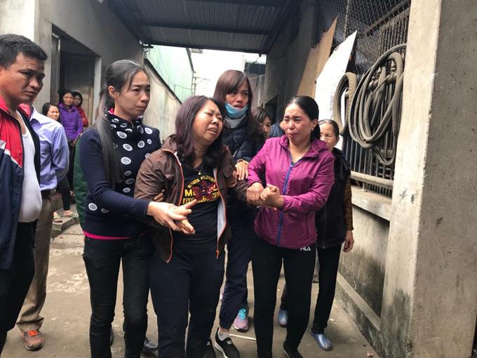 Chị Lưu ThịSengào khóc gọi tên con khiến nhiều người thân phải dìu. Con gái chị, bé Đặng Thùy Trang, 5 tuổi, là một trong hai nạn nhân được xác nhận tử vong.Bé Thùy Trang là con gái duy nhất của chị Sen và chồng,anh Đặng Đình Tiến.Hiện ngôi nhà của vợ chồng chị Senđã đổ sập hoàn toàn, thi thể bé Trang được đưa về nhà anh trai anh Tiến để làm hậu sự.Sáng 3/1, Bệnh viện Đa khoa tỉnh và Bệnh viện đa khoa huyện Yên Phong tiếp nhận 6 nạn nhân trong vụ nổ tại thôn Quan Độ. Trong đó hai người tử vong trước khi chuyển vào bệnh viện là béThùy Trang và béNguyễn Tiến Nam (1 tuổi).