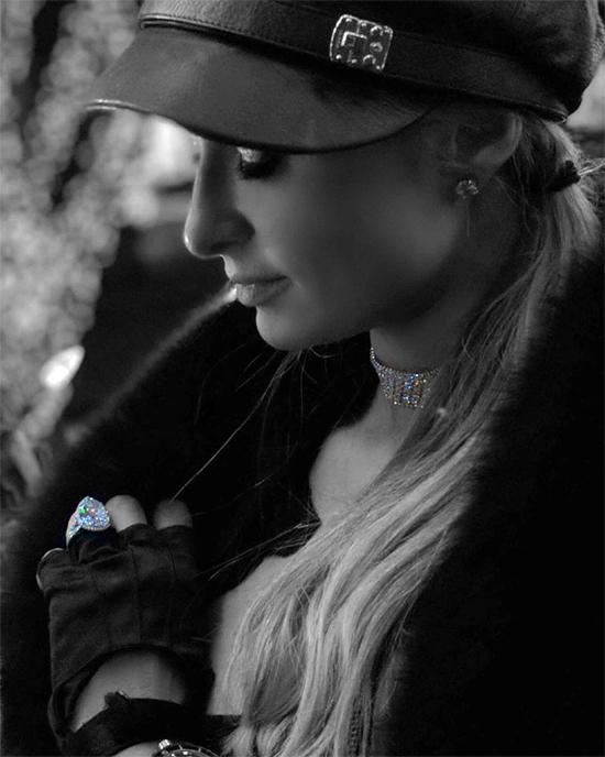 Paris Hilton khoe nhẫn đính hôn trên Instagram.