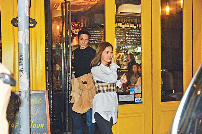 Cặp đôi ra về sau buổi tối hẹn hò.