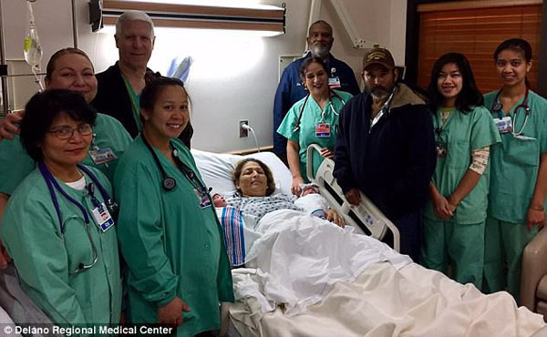 Các bác sĩ, y tá trung tâm y tế vùng Delano chụp ảnh với gia đình Maria. Ảnh: Delano Regional Medical Center