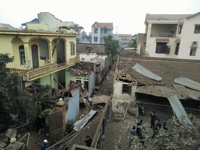 Cách ngôi nhà phát nổ khoảng 10 m, 5ngôi nhà xung quanh đổ sập và bị đào sâu khoảng 10 m, rộng 10 m. Ngoài ra, hơn 10 nhà khác bị tốc mái, sập tường, đất đá phủ kín. Trong đám đất đá lẫn rất nhiều đầu đạn.