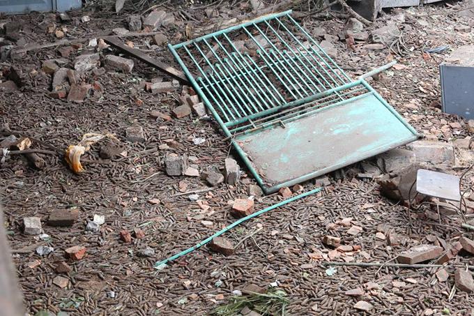 Ông Mẫn Văn Truyền, Phó chủ tịch xã Văn Môn, cho hay nơi phát nổ là một kho chứa phế liệu, không có người ở. Chủ hộ là ông Đặng Đình Tiến, làm nghề buôn phế liệu lâu năm. Theo đánh giá bước đầu của chính quyền, phạm vi ảnh hưởng của vụ nổ lên tới 5 km.
