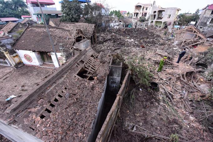 Hơn 4h sáng ngày 3/1,một tiếng nổ lớn làm rung chuyển ngôi làng ở thôn Quan Độ, xã Văn Môn, huyện Yên Phong, tỉnh Bắc Ninh.Nhiều người dân ở khu vực cách xa hiện trường cả km cũng nghe thấy tiếng động. Các nhân chứng cho hay, làng xóm đang yên tĩnh trong màn đêm thì nghe thấy tiếng nổ rung chuyển trời đất, sau đó nhiều mảnh vụn giống đạn rơi như mưa; mái nhà thủng lỗ chỗ, nhiều đồ đạc trong nhà bị sức ép khiến vỡ vụn.Đường vào thôn Quan Độ sau đó la liệt đầu đạn, mảnh sắt vỡ vụn.