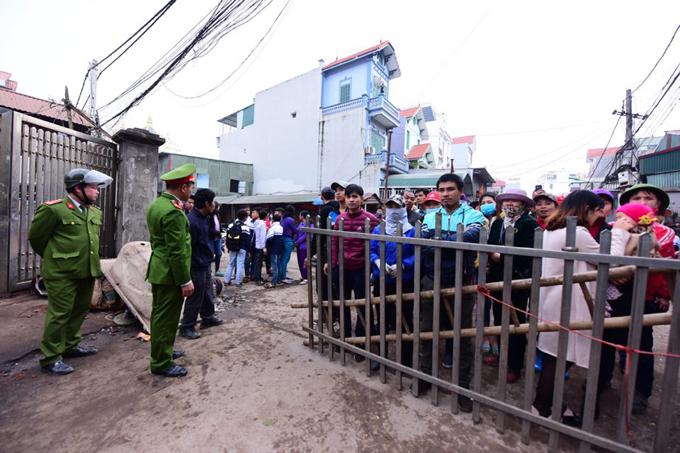 Hiện tại, lực lượng chức năng phong tỏa hiện trường, ước chừng rộng 1.000 m2, vàlập chốt chặn người dân tiếp cận vào khu vực xảy ra vụ nổ.