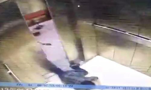 Bị thang máy kẹt nát chân vì mải nhìn điện thoại