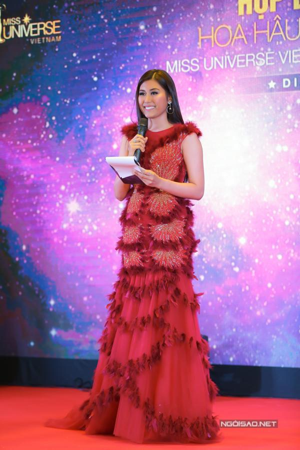 Trúc Linh - top 5 Hoa hậu Hoàn vũ VN 2015 khiến mình mất điểm vì chọn mẫu váy dạ hội trang trí quá nhiều chi tiết làm lu mờ đường cong gợi cảm của hình thể.