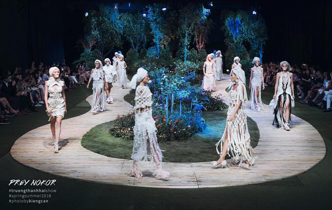 Show diễn thời trang tổ chức trong chương trình Ngày hội phái đẹp tại TP HCM cũng mang đến một sàn diễn ấn tượng, tái hiện khu vườn hồng xinh xắn với những sắc hoa tượng trưng cho tình yêu.