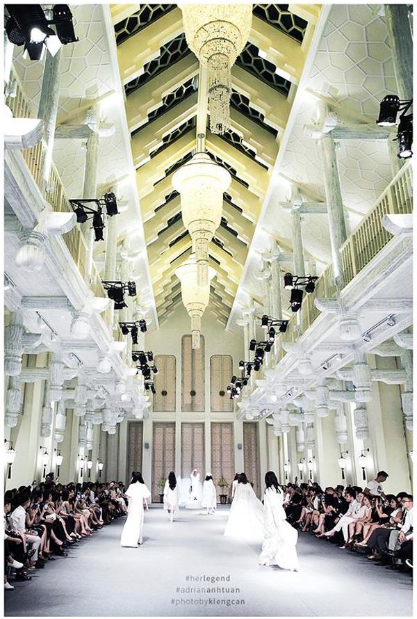 Khán phòng được bài trí đẹp như một thánh đường là địa điểm được nhà thiết kế Adrian Anh Tuấn chọn lựa để tổ chức chương trình kỷ niệm 10 năm theo đuổi sự nghiệp thiết kế.