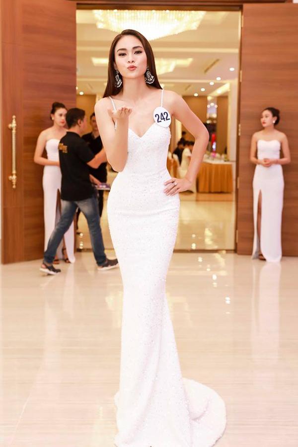 Nhờ mẫu váy cắt ráp điệu nghệ của Lý Quí Khánh, đường cong hình thể của Á hậu 2 cuộc thi Hoa hậu Hoàn vũ VN 2017 Mâu Thủy trở nên hút mắt hơn.