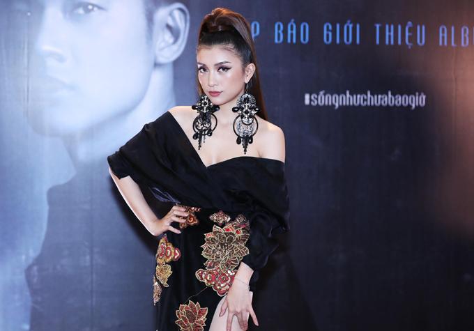 Tiêu Châu Như Quỳnh gây chú ý với trang phục, phụ kiện bông tai cầu kỳ.