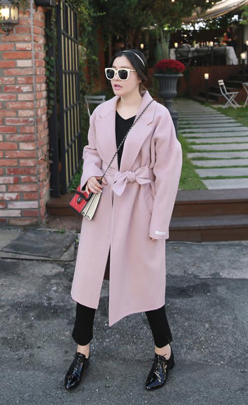 Áo măng tô thiết kế trên chất liệu vải dạ dệt bằng lông cừu sẽ mang lại vẻ sanh chảnh cho phái đẹp khi xuống phố mùa đông.