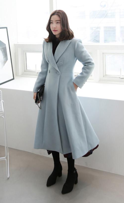 Váy măng tô tông xanh pastel giúp bạn gái xây dựng hình ảnh sang trọng theo phong cách cổ điểnnhưng không mất đi sự trẻ trung.